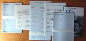 Foto der einzelnen Testbestandteile wie Auswertungsbogen und Lesetexte